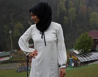 西亚裹头巾的女性图片