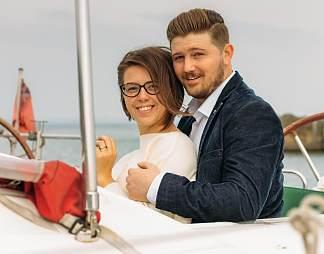 一对开快艇的情侣图片