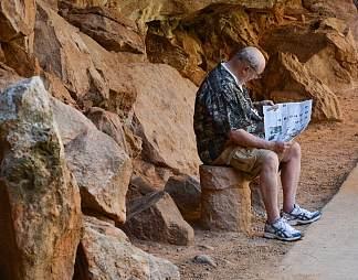 登山途中休息的人图片