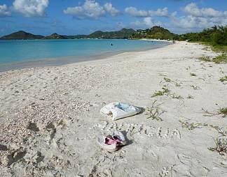 海滩上遗留的鞋子和衣服图片
