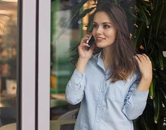 正在打电话的美女图片